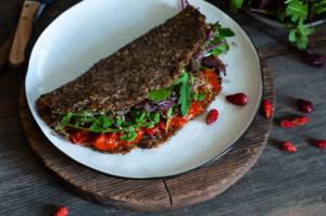 placek z kalafiora, sos paprykowo-pomidorowy, wegański obiad, bezglutenowy obiad, pomysł na obiad,1