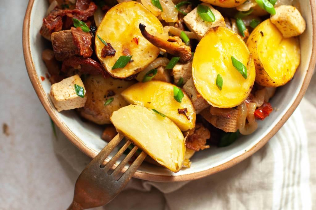 Ziemniaki, pieczone ziemniaki, ziemniaki zapiekane, wegański obiad